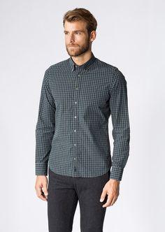 Klassisches Freizeit-Hemd aus einer dicht gewebten 100%-igen Baumwoll-Ware mit vollem, kompaktem Griff. Dezente Kontrastfarbe und das vollfarbige Karo aus Melange-Garnen machen den erstklassigen Casual-Look aus. Mit Button-Down-Kragen und Knopfleiste....