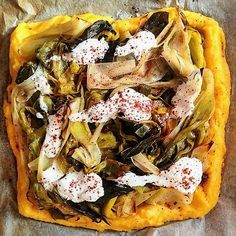 polenta pizza with braised leeks, yogurt and sumac Gluten Free Pizza, Gluten Free Recipes, Vegetarian Recipes, Healthy Recipes, Pizza Recipes, Healthy Food, Limousin, Polenta Pizza, How To Cook Polenta