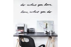 Een kale muur in je huis? Of op kantoor? Een muur die niets zegt? Die je geen inspiratie geeft? Met de Muurdecoratie Tekst breng je een verhaal je kamer in. #muurtekst #spreuk #muursticker #huisdecoratie #cadeau