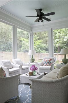 House of Turquoise: Lily Mae Design.If only I had a sunroom or screened in porch. Blue Ceiling Paint, Colored Ceiling, Ceiling Color, Black Ceiling, House Of Turquoise, Three Season Room, Traditional Porch, Sunroom Decorating, Decorating Ideas