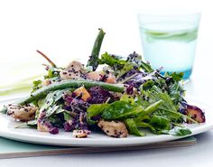 Sund quinoasalat med kylling og kogte bønner på kun 30 minutter. Fyldt med protein og fiber.