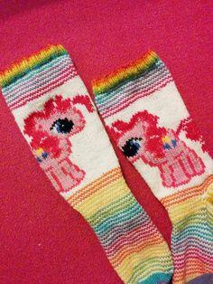 Nämä sukat olivat kyllä ehdottomasti viime vuonna tekemistäni vaikeimmat kuvattavat. Tai ehkäpä jopa ikinä tekemistäni sukista. Tuo ... Hennin, Yarn Crafts, Sock Shoes, Knitting Socks, My Little Pony, Nerdy, Slippers, Crocheting, Footwear