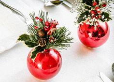 Você pode abrir bolas antigas e colocar plantinhas decorativas para a sua mesa.