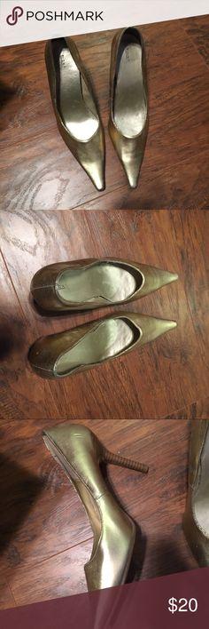 Fioni Gold Heels with Brown Heel. NWOT Fioni Gold Heels with Brown Heel. NWOT Shoes Heels