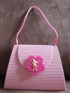 Auf der Suche in der Galerie von 2peas nach einer netten Idee für eine Kindergeburtstagseinladung bin ich an einer Handtaschenkarte hängen geblieben. Hanny war so nett, mir ihre Schablone zur Verfü… Invitation Cards, Invitations, Temple Design, Stampin Up, Birthday, Handmade Gifts, Color, Anna, Scrapbook