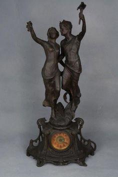 Luminária europeia de petit bronze representando casal de figuras moldados no estilo Art Nouveau.