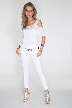 Blusa branca com abertura nos ombros e bordados de canutilho no decote e nas mangas. Acompanha calça cigarrette e acessórios brancos, compondo o look total white, super em alta. White Pants Outfit, White Suits, White Jeans, Fashion Outfits, Celebrities, My Style, Casual, Clothes, Tops