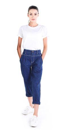 Boyfriend Jeans mit hohem Bund in Blau. Nach Mass und Wunsch. Die Höhe vom Hosenbund kannst du bei uns, neben dem Stil der Jeans, selber festlegen. Alles nach Mass und Wunsch. Boyfriend Jeans, Mom Jeans, Frauen Mittleren Alters, Skinny, High Waist Jeans, Pants, Fashion, Wish, Blue