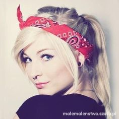 czerwona chustka na głowie uchroni przed wiatrem i doda uroku:)