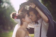 love kiss wedding photo ideas in the rainy day