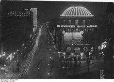 """Berlin bei Nacht! 1932  Blick vom Potsdamerplatz in Berlin auf die im nächtlichen Lichterglanz erstrahlende Stresemannstrasse. Im Vordergrund, dass in der ganzen Welt bekannte Vergnügungs-Etablissement """"Haus Vaterland"""", im Hintergrund links der Hochbau des imposanten Europahauses mit seiner riesigen Lichtreklame."""