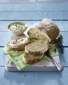 Hefe-Brot mit Lavendel, dazu Frischkäsedip mit gerösteten Mandeln Rezept