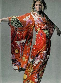 Model wearing a floral kimono dress in Vogue, 1970 #johnnywas Kimono Fashion, 70s Fashion, Fashion History, Look Fashion, Vintage Fashion, Womens Fashion, Look Kimono, Kimono Dress, Floral Kimono