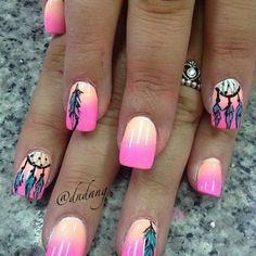 Increíble manicura decoradas con degradados en color salmón y rosa neon, adornadas con dibujos de plumas y atrapa sueños.