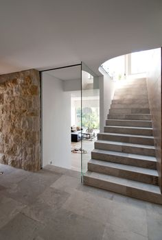 Stone steps and wall: Deck in the Canopy House by Luigi Rosselli Architects