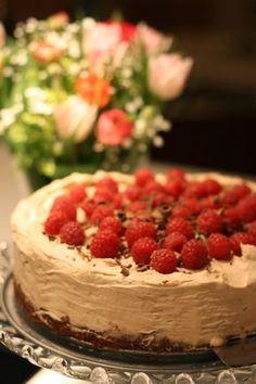 Jag älskar att göra tårtor. Tror det är något jag ärvt efter min mamma. Så när min man säger de magiska orden; jag är sugen på tårta, st...