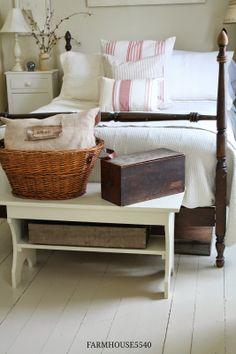 Природные материалы в основе и спокойные бежевые тона-все это характерно для спальни в стиле кантри.