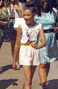 I want to be friends with Amandla Stenberg. Look at her cute outfit and hair! She's rocking it.