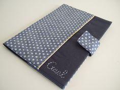 Un jolie protège-carnet de santé pour un petit Gaël dans les tons bleu marine avec un biais or. Détails... Tissu de chez tissu Myrtille renforcé avec de la