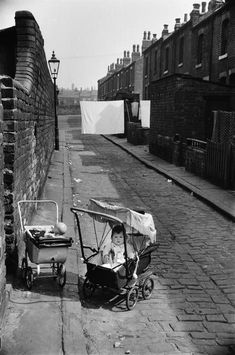 Marc Riboud, Old Pictures, Old Photos, Funny Pictures, Vintage Photographs, Vintage Photos, Leeds City, Vintage Pram, Old Street