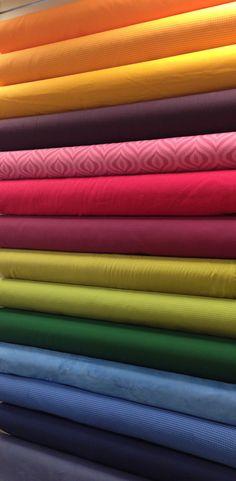 Tissus d'ameublement pour sièges et rideaux. Compositions et largeurs diverses. Disponibles au rayon Ameublement de votre magasin Ellen Décoration.