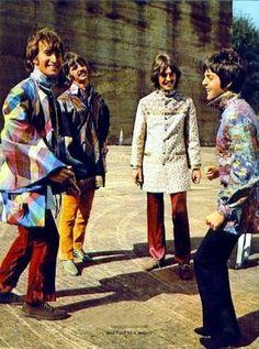 The Beatles on the set of The Magical Mystery Tour film. Veja também: http://semioticas1.blogspot.com.br/2012/05/travessia-em-abbey-road.html