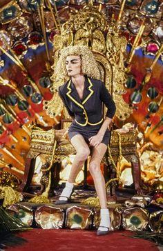John Galliano Fall 1997 Ready-to-Wear Fashion Show - Amy Wesson 1999 Fashion, Fashion Now, Runway Fashion, Galliano Dior, John Galliano, Vintage Fashion 1950s, Victorian Fashion, Vintage Dior, Vintage Hats