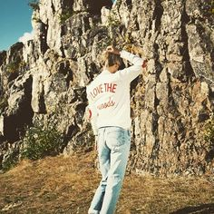 Wearable #naturelove brought to you by #truewoods1713 🍁 ➡️www.truewoods-clothing.com . . . . . #naturebasedstreetwear #streetstyle #outfitoftheday #fashionblogger_de #womensfashion #wiesbaden #love #sweater #sun #awesome #outfitters #nature #mountains #fashionista #adventure #explore #wildlife #instadaily #sustainable #fashionblogger #instafashion #travelgram #ootd #styleoftheday #adidasoriginals #levis #sylw