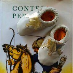 "Petits chaussons en cuir nappa ""Deluxe Crown"" disponibles sur www.sheepandtales.com"