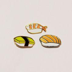 Ensemble de 3 broches sushi saumon, Tamago et crevettes (Ebi).  3/4 po dur émail argent poli et épinglettes plaqué or avec fermoir backings de