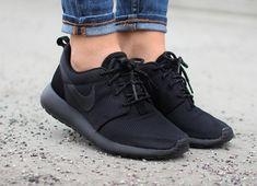 new product c9c22 66ad1 Découvrez la Nike Roshe Run Triple Black, une running pour homme et femme  en mesh