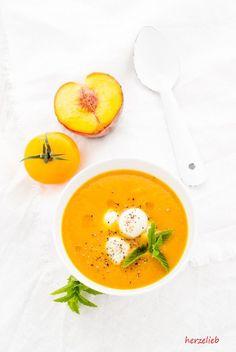 Suppen Rezepte, Sommer Rezepte: Rezept für eine fruchtige Pfirsich-Tomaten-Suppe, die kalt gegessen wird. Mit Mozzarella, Minze, etwas Ingwer und ganz viel Liebe! #suppe #kalt #sommer #pfirsich #tomaten #kalt Cheesy Recipes, Soup Recipes, Vegan Recipes, Slow Food, Spicy Pumpkin Soup, Vegan Clean, Vegan Curry, Soup Kitchen, Perfect Food