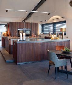 Deze Mereno keuken is geplaatst in het midden van de woning. Een kleine verhoging naar de keuken die ervoor zorgt dat de keuken gescheiden wordt van de andere zitruimtes. De zijwanden van de keuken zijn afgewerkt met koper. Kitchen, Table, Furniture, Design, Home Decor, Cooking, Decoration Home, Room Decor, Kitchens