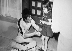 Bruce with his daughter Shannon behind the scenes of The game of death Brandon Lee, Bruce Lee Photos, Brice Lee, Karate Kid 2010, Bruce Lee Games, Bruce Lee Family, Bruce Lee Martial Arts, Sharon Lee, 17 Kpop