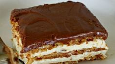 Bake Eclair Cake No Bake Eclair Cake Recipe - keep these ingredients on hand in case an emergency, last-minute dessert is needed!No Bake Eclair Cake Recipe - keep these ingredients on hand in case an emergency, last-minute dessert is needed! No Bake Eclair Cake, Eclair Cake Recipes, No Bake Cake, Chocolate Eclair Dessert, Chocolate Frosting, Whip Frosting, Eclair Recipe, Cake Chocolate, Chocolate Eclairs