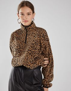 This Spring 2020 check out Bershka's new sweaters and knitwear for women. Sweaters and cardigans in trendy colours for all your looks with free delivery on orders over Leopard Sweater, Street Style 2018, Fleece Sweater, Fashion Project, Fashion Prints, Outfit Of The Day, Fashion Online, Latest Trends, Casual Outfits