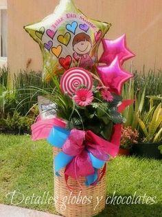 arreglo de flores con globos y chocolates
