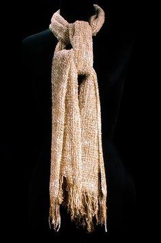 """""""Wild Junior""""  Echarpe 100% en soie  Tissage en mailles aérées.  Mélange de soie sauvage et bourrette de soie  Dimensions : 45x200 cm  couleur naturelle, blanc et beige"""