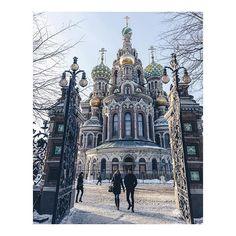 Et puis j'ai quitté Moscou... Après 4 heures de train traversant plaines et forêts de Russie, j'arrive à Saint Petersbourg l'impériale. Première vue : l'église du Sauveur sur le sang. D'un style néorusse, elle est inspirée de la cathédrale Basile le Bienheureux à Moscou. Pour la petite histoire, c'est le Tsar Alexandre III qui la fit construire, là même où son père Alexandre II fût victime d'un attentat.   #saintpetersbourg #russie