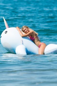 Funny Pool Floats, Swimming Pool Accessories, Inflatable Water Park, Pool Fashion, Summer Pool Party, Pool Equipment, Pool Toys, Floating In Water, Beach Pool