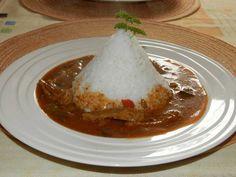 Kytičkový den - Sojový guláš s rýží. Sojové kousky si namočíme do zeleninového vývaru, můžeme použít kostku, necháme louhovat, aby se do masa dostala chuť vývaru, zalijeme vývarem horkým, přidáme sůl a pepř. Necháme alespoň 2 hodiny. Orestujeme cibuli, přidáme mletou papriku a gulášové koření, pak vložíme sojové maso , promícháme a zalijeme vývarem,přidáme česnek ,majoránku a povaříme ,pak zahustíme hladkou moukou s vodou. Do guláše můžeme přidat nakrájené papriky , rajčata nebo hrášek.