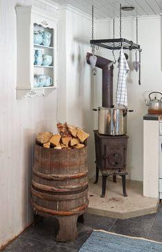 Familien Fusche bruker bare 15 minutter til hytta Cabin Fireplace, Cosy House, Primitive Kitchen, Tiny House Design, Scandinavian Home, Vintage Country, Interior Styling, Sweet Home, Cottage