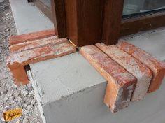 Párkány téglából Small Apartment Bedrooms, Small Apartments, Brick Mailbox, Brick Detail, Old Bricks, Windows And Doors, Diy Furniture, House Plans, Plantation Houses
