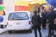 """Calle González Ortega. Zona comercial de películas """"pirata"""", música, extensiones de cabello, aparatos electrónicos y variedad innumerable de artículos. En la foto captamos un cateo de polícias, conocido por los tepiteños como """"La Racia"""", fue una foto de gran conflicto porque fue necesario guardar la cámara inmediatamente."""