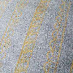 Tuuni & Loru tuo ensi lauantaina Hämeenlinnaan ekat maistiaiset syksyn mallistosta. Jännää! #lastenvaatekarnevaali #lastenvaatekarnevaaligoeshippalot #hämeenlinna #tampere #helsinki #tuunietloru  #repost @tuuni_et_loru -  Keltaista harmaalla Yellow on grey  #käsinpainettu #keltainen #sinappi #harmaa #luomupuuvilla #kaulureitatulossa #grey #moustard #yellow #organiccotton