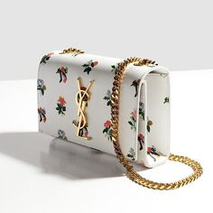 Одновременно с распродажей на 1 этаже ЦУМа появляются коллекции нового сезона. Здесь уже представлены весенние сумки Saint Laurent, украшенные цветочным принтом #цум #tsum #saintlaurent
