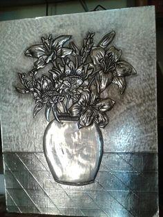Florero repujado en aluminio. ..Galy Rodriquez