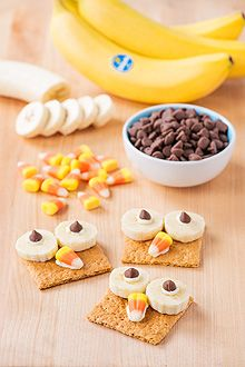 Spooky Owl Banana Crackers Recipe substitute yogurt, raisins, for the cream cheese and choc chips and go ahead and splurge! use the candy corn for the nose! Holiday Snacks, Halloween Snacks, Holiday Recipes, Halloween Recipe, Halloween Week, Happy Halloween, Preschool Cooking, Preschool Snacks, Preschool Science