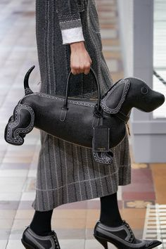 Thom Browne Fall 2019 Ready-to-Wear Fashion Show Details: See detail photos for Thom Browne Fall 2019 Ready-to-Wear collection. Look 62 Thom Browne, Looks Style, My Style, Vogue, Unique Purses, Purses And Bags, Ready To Wear, Fashion Show, Autumn Fashion