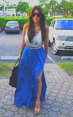 Foto: Kim Kardashian - Blue maxi skirt with a high slit, white tank top and long gold necklaces layered give a casual chic look. #kim #kardashian
